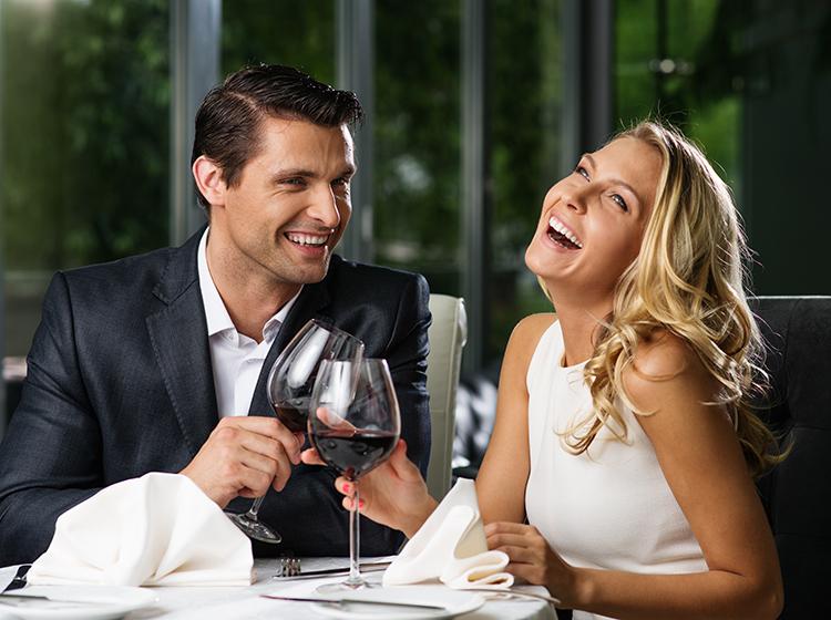 paar restaurant date